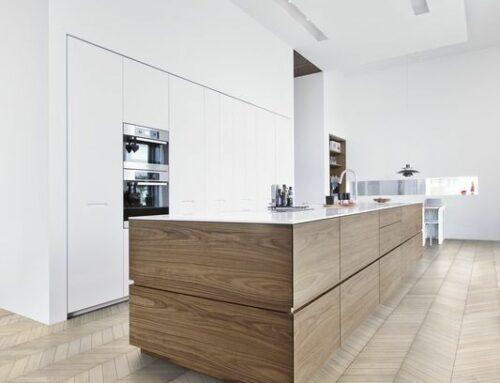 Combi van houten vloer met houten meubelen